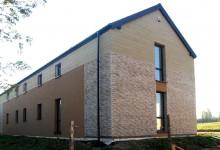 Trwają prace wykończeniowe na budowie energooszczędnego domu w Ochojnie